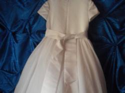 43c7cfb5ed Sukienka dla dziewczynki niosacej welon