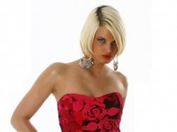 Sukienka koktajlowa w czerwone kwiaty