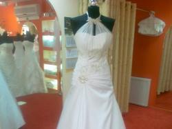 Sukienka ślubna na szyję bardzo wygodna i lekka