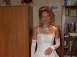 Sukienka slubna w kolorze delikatnego ecru, bardzo ładnie wykńczona, subtelna, z