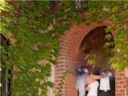 Suknia posiada tren odpinany na zamek - 2 metry