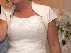 Suknia ślubna, koronka, mieniące się cyrkonie