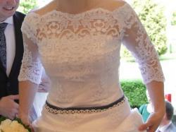 Suknia ślubna koronkowa biała z modnymi w tym sezonie niebieskimi dodatkami