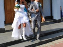 Suknia ślubna krótka z przodu.