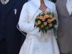 Suknia ślubna w kolorze ecru z dodatkami