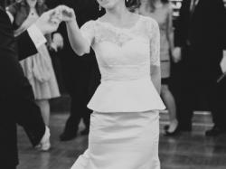 Suknia ślubna z baskinką i odpinanym trenem
