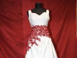 Suknia ślubna z bordową koronką + gratisy!