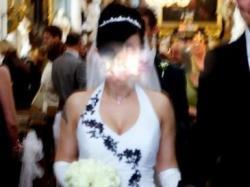 Suknia ślubna z czarnym haftem