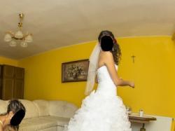 Suknia ślubna z falbanami (styl hiszpański)