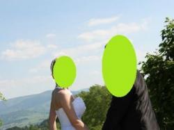 Suknia ślubna z falbankami.