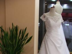 suknia ślubna z koronką na ramionach