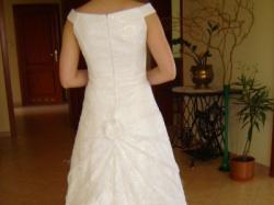 Suknia ślubna z perłowo połyskującą koronką