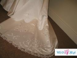 Suknia ślubna z pięknym trenem