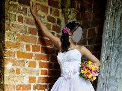 suknia ślubna z różową wstążką