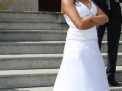 Suknia ślubna z trenem i kamieniami swarovskiego