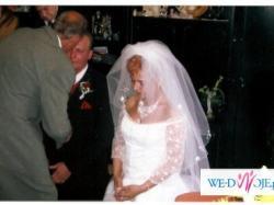 Suknię ślubną koloru białego