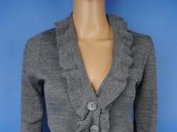 Szary sweter z żabotem