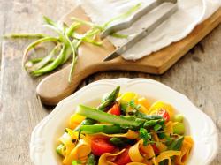Szparagi z makaronem to doskonałe danie na wiosenny lunch! Sprawdź, jakie to proste!