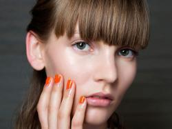 Ta marka sprawiła, że tysiące kobiet pokochało hybrydowe lakiery do paznokci!