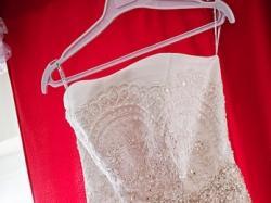 Tiulowa suknia podkreślająca talię