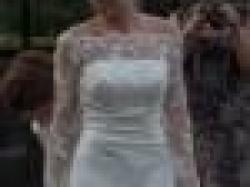 Urocza atłasowa sukienka z koronkowym długim rękawem