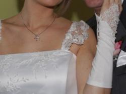 Urocza suknia ślubna z lutego 2010 wraz z kompletem dodatków w korzystnej cenie