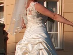 waniliowa suknia