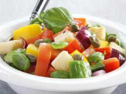Warzywna sałatka z grzankami - przepis