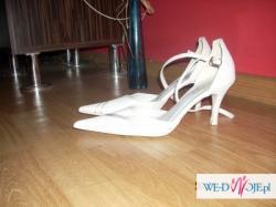 Witam! Mam do sprzedania buty ślubne białe, z boku zdobione wzorkiem w różyczki.