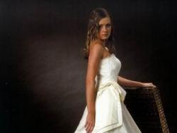 Włoska suknia z koronek i najwyższego gatunku materiałów