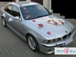 Wspaniała dekoracja ślubna ze storczykami na samochód