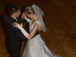 Wyjątkowa i niepowtarzalna, biała, jednoczęściowa suknia ślubna