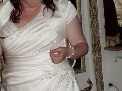 Wyjątkowa satynowa suknia ślubna ecru dla Pani o kobiecych kształtach