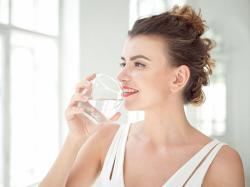 Zdrowa woda, czyli jaka? Woda w butelce czy woda z kranu?
