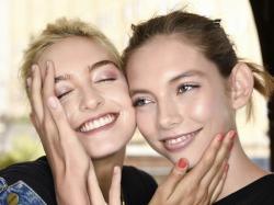 """Żegnamy efekt glow? Nowy urodowy trend """"glass skin"""" podbija Instagram"""
