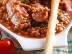 Zupa z czerwonej soczewicy z kiełbasą, pomidorami i czosnkiem