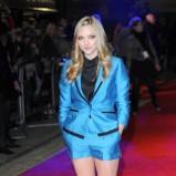 Amanda Seyfried w niebieskim garniturze z szortami