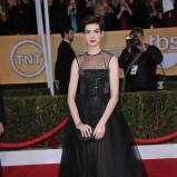 Anne Hathaway w czarnej sukni