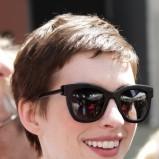 Anne Hathaway w okularach w stylu retro