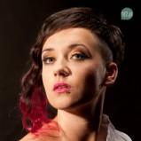 Asymetryczna fryzura z kolorowymi pasemkami