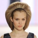 bardzo podniesione włosy - czarna wąska opaska  - modne uczesania