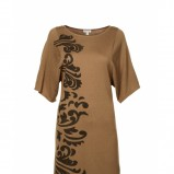 beżowa sukienka marki Solar obszerna we wzorki model na jesień i zime 2012/2013