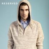 beżowy sweter Reserved z kapturem - wiosenna kolekcja
