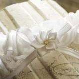 biała podwiązka z kwiatem Slubny bazaar