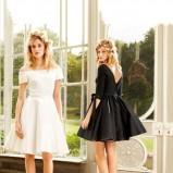 Biała rozkloszowana sukienka, cena 476.28 zł