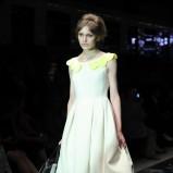 biała sukienka Simple z kołnierzykiem - trendy zimowe