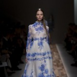 biała sukienka Valentino w niebieskie wzory - trendy na jesień i zimę 2013/14