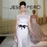 biała suknia ślubna Jesus Peiro z czarną kokardą