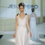 biała suknia ślubna Jesus Peiro z dekoltem w kształcie V