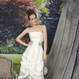 biała suknia ślubna Manu Garcia z kwiatem krótka - moda 2012